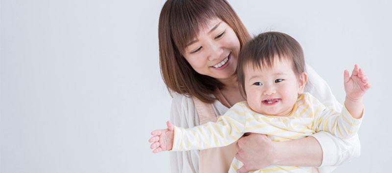 笑う母と子